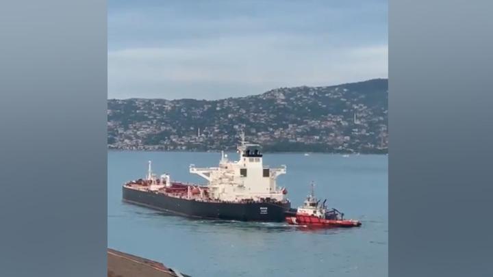 Танкер, перекрывший Босфор, буксируют к месту стоянки судов