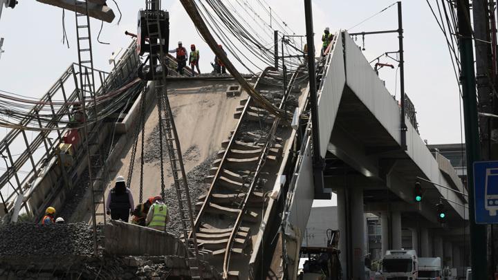 В Мехико ликвидировали завалы после обрушения метромоста