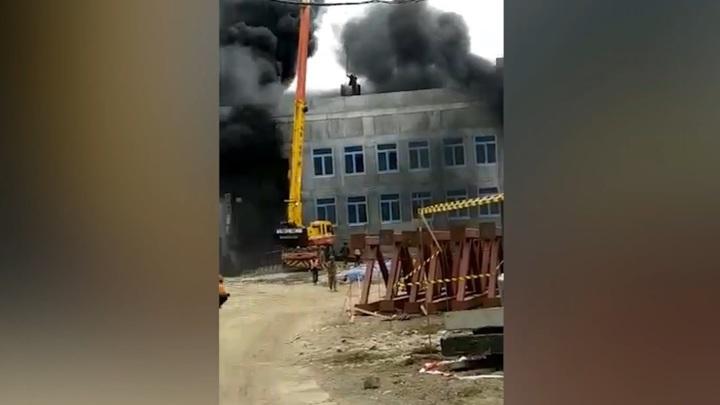 Крановщик спас рабочих, заблокированных на крыше горящей школы. Видео