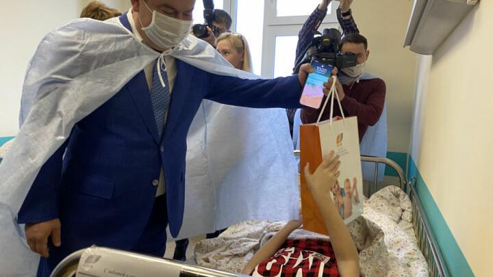 Глава Минздрава и Уполномоченный по правам человека навестили пострадавших в Казани детей