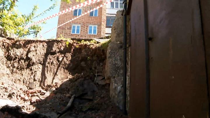 В Красноярске рухнула подпорная стена над гаражами
