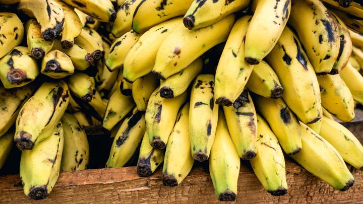 Вся польза в оболочке: диетологи советуют есть банановую кожуру