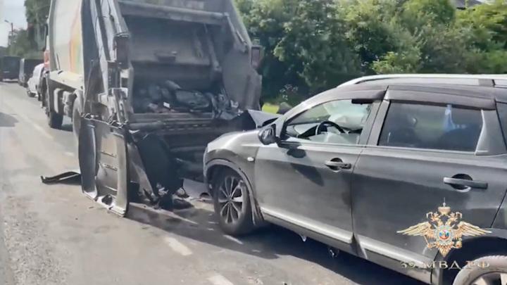 Калининградец насмерть сбил у обочины водителя и грузчика мусоровоза