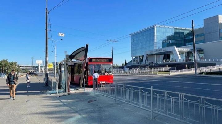 В Казани пассажирский автобус врезался в остановку