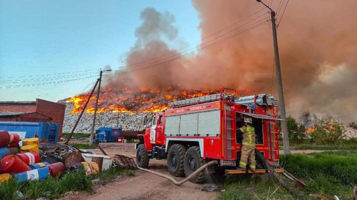 Под Кировом тушат крупный пожар на мусорном полигоне