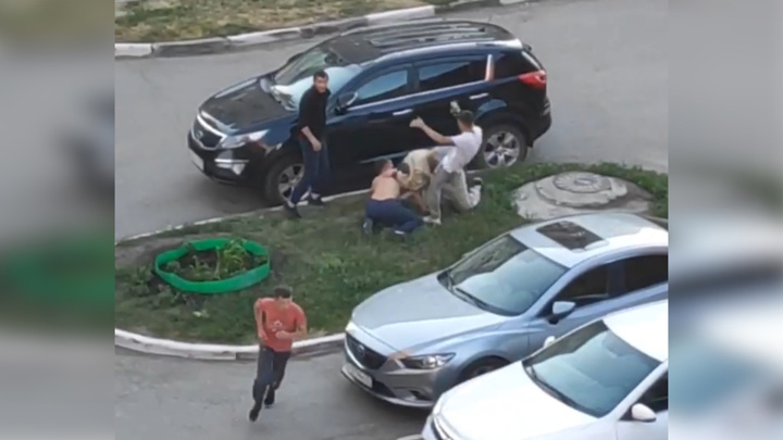 Один против четверых: драка мужчины с пьяными хулиганами попала на видео