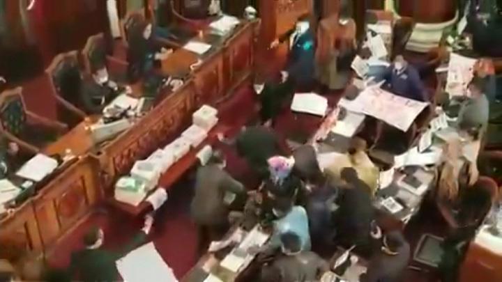 Драка в парламенте: депутаты вцепились друг другу в волосы