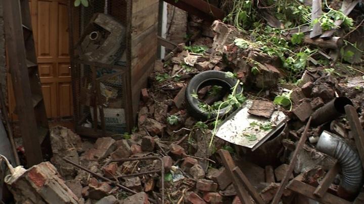 В Воронеже мощный дождь разрушил простоявшую 40 лет подпорную стену