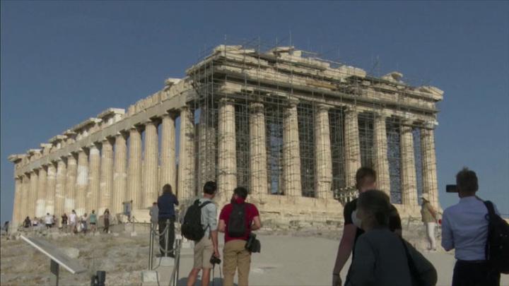 Новые бетонные дорожки появились в афинском Акрополе