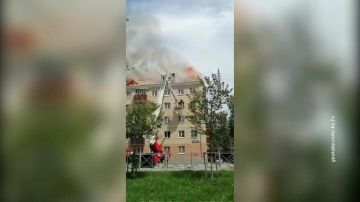 В центре Южно-Сахалинска горит пятиэтажный дом, жильцов эвакуировали