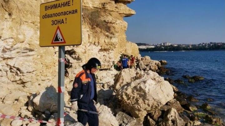 На опасных участках побережья в Севастополе появились предупреждающие знаки