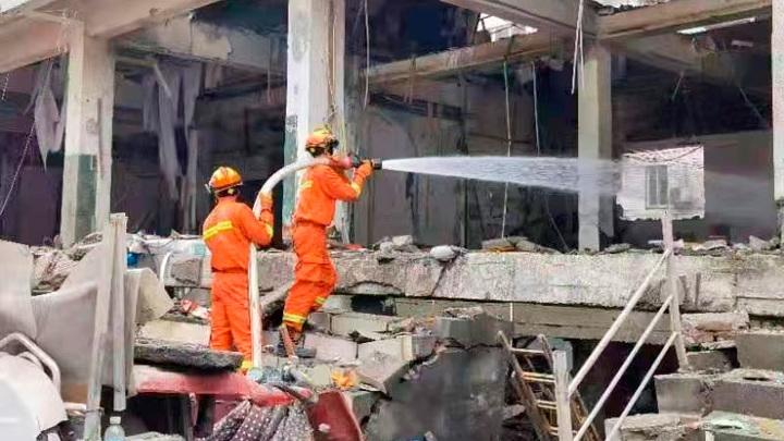 На месте взрыва в Китае продолжаются спасательные работы