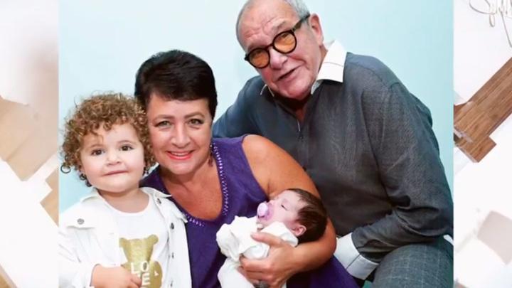 """Эммануил Виторган с женой и дочерьми, кадр из программы """"Судьба человека"""""""