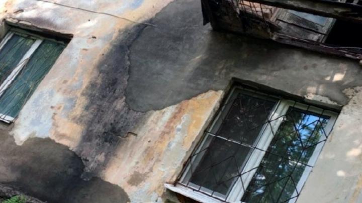 Сквозь прогнивший балкон: в Костроме с высоты второго этажа упал пожилой мужчина