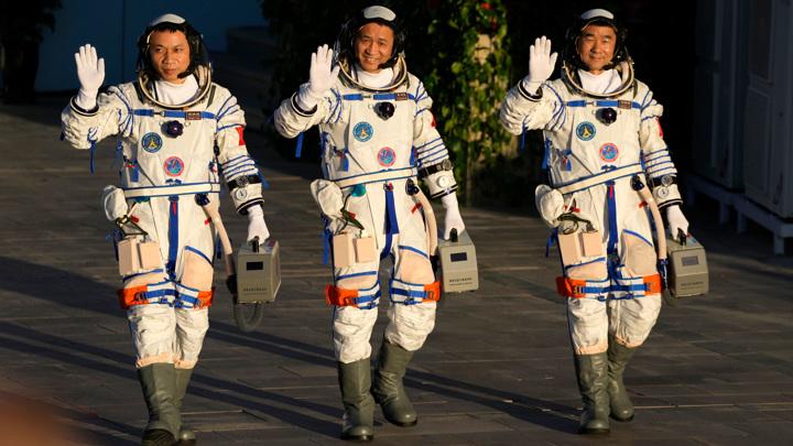Тайконавты приветствуют толпу перед отправлением на орбиту.