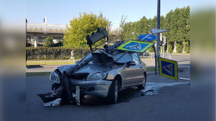 В Питере Mercedes сбил светофор и вылетел на тротуар