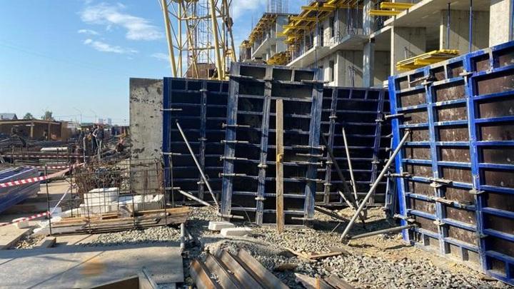 Появилось видео обрушения бетонной плиты на рабочего в Новосибирске