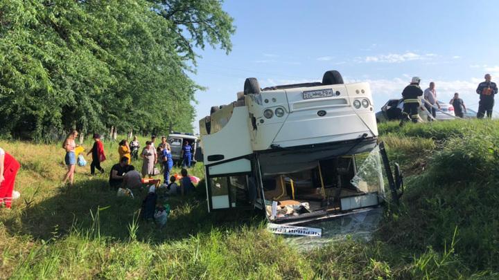 На Кубани перевернулся рейсовый автобус: 14 пострадавших