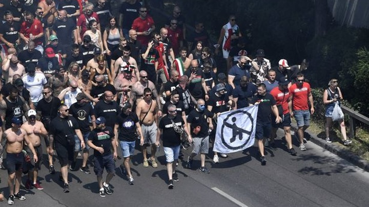 Венгерские фанаты устроили массовое шествие против движения BLM