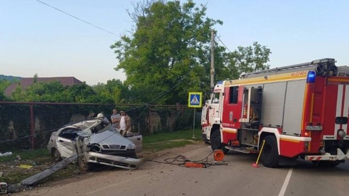 В Крыму легковой автомобиль снес столб высоковольтной линии