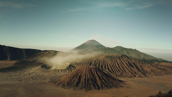 Крупные извержения вулканов, вымирания живых существ и изменение уровня моря наравне с тектоникой литосферных плит являются важными событиями геологической истории Земли.