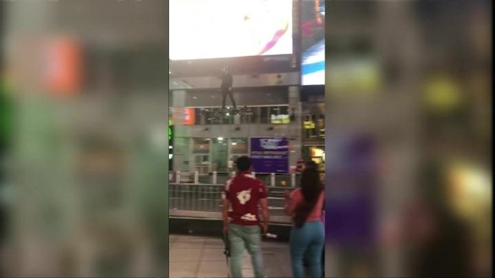 В Нью-Йорке ищут мужчину, пролетевшего на глайдере над Таймс-сквер