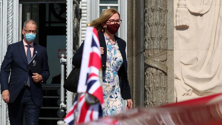 Посол Великобритании провела на Смоленской площади полчаса