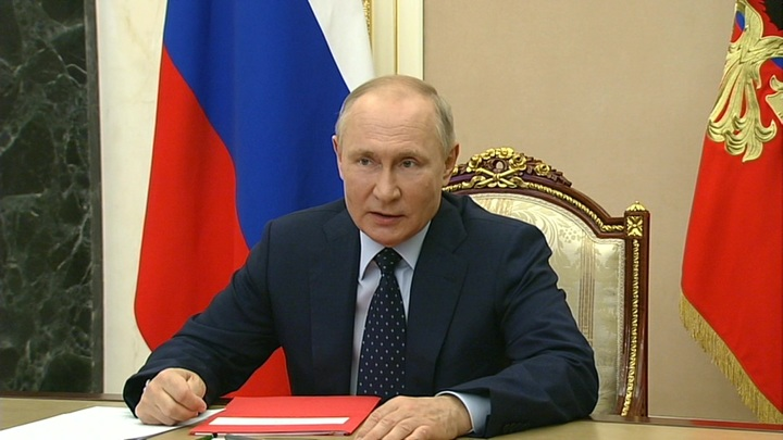 Путин провел оперативное совещание с членами Совета безопасности России