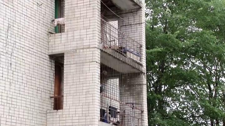 В Архангельской области 6-летняя девочка упала с балкона, пытаясь удержать игрушку