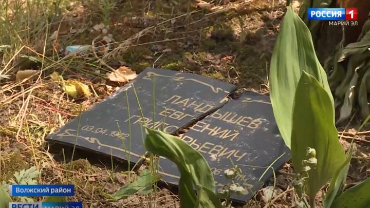 Вандалы разрушили около 10 памятников и крестов на одном из кладбищ в Марий Эл