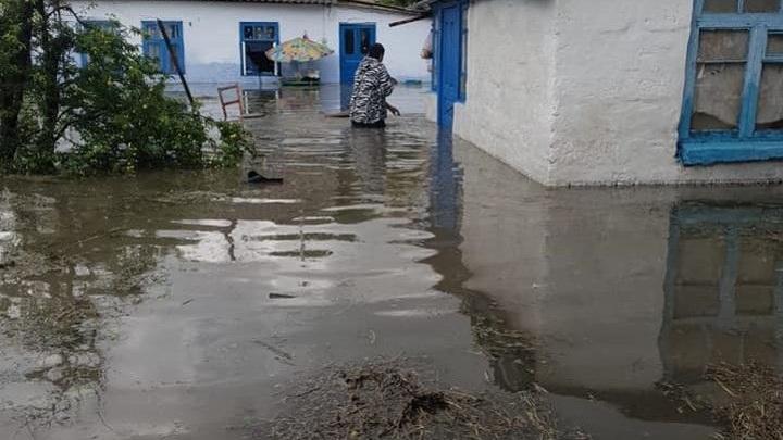 Несколько домов подтопило после ливня в крымском городе Саки