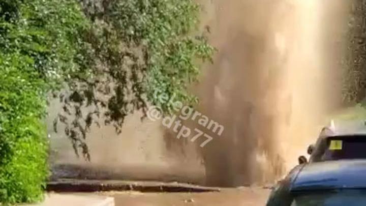 На столичной дороге забил фонтан кипятка