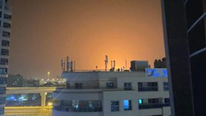 Пожарные контролируют ситуацию в порту Дубая после мощного взрыва