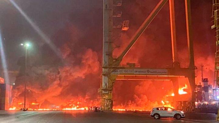 Власти ОАЭ расследуют взрыв на борту судна в Дубае