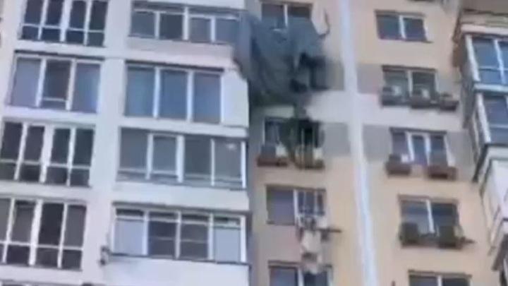 В Краснодаре парашютист приземлился на кондиционер и попал на видео