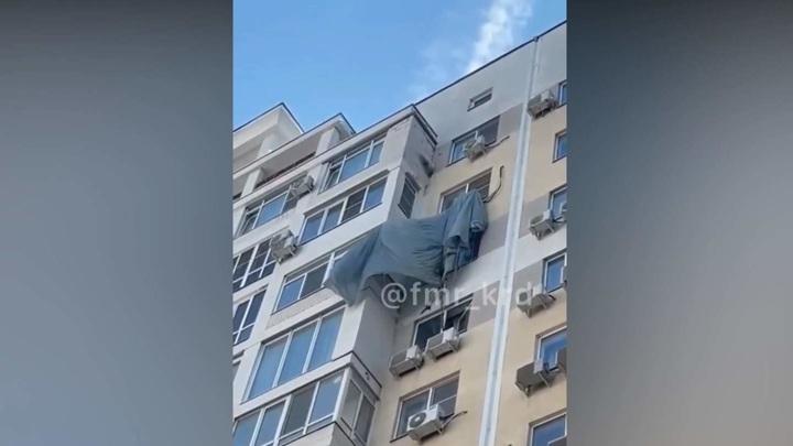 Парашютист приземлился на кондиционер краснодарской многоэтажки