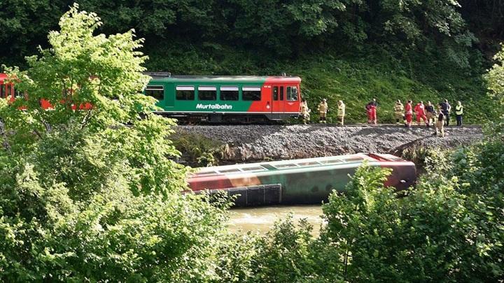 Вагон с подростками упал в реку на западе Австрии