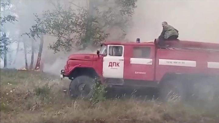Огонь дошел до жилых домов: в Челябинской области борются с сильнейшими пожарами