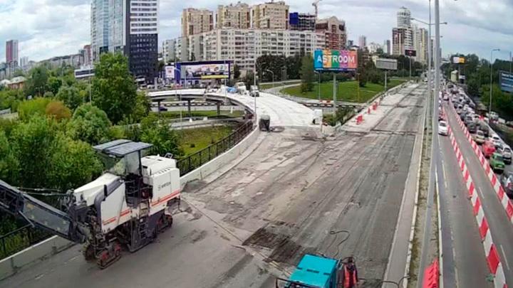 Мэр Екатеринбурга удивился отсутствию рабочих на проблемном мосту