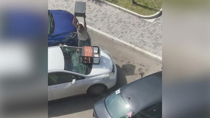 Заведенный красноярец из ревности разбил чужую машину. Видео