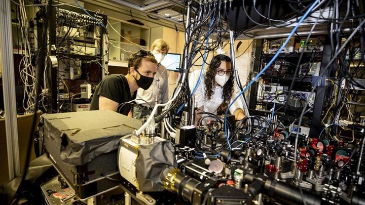 Долев Блувстайн (Dolev Bluvstein, слева), Михаил Лукин (Mikhail Lukin) и Сепер Эбади (Sepehr Ebadi) разработали специальный тип квантового компьютера, известный как программируемый квантовый симулятор