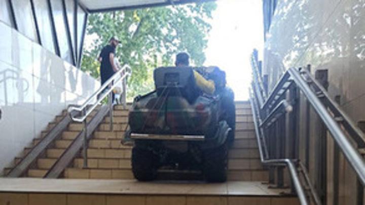 Сломал плитку: в Воронеже квадроциклист проехал по подземному переходу