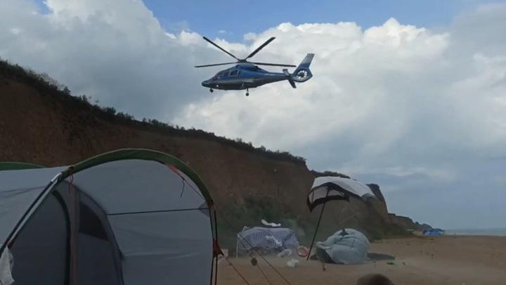 Вертолет разметал палатки отдыхающих под Одессой и попал на видео