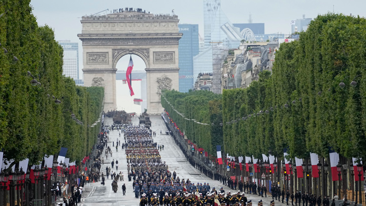 Париж содрогнется от салюта: Макрон забыла маску в День взятия Бастилии
