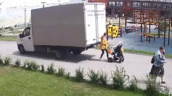 В Тюмени фургон, двигаясь задом, сбил женщину с коляской