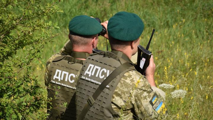 Неизвестные отняли у украинских пограничников табельное оружие