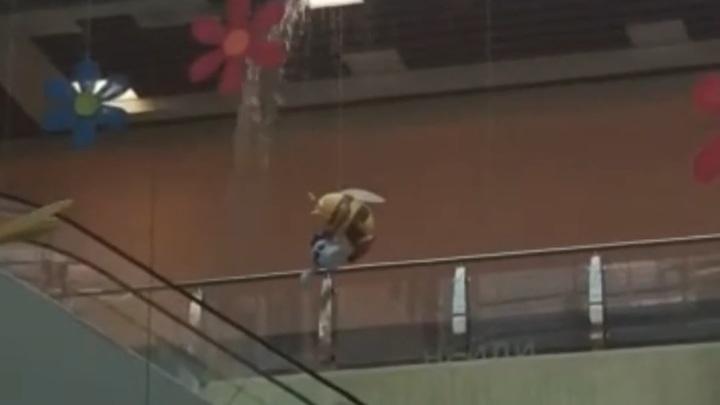 В екатеринбургском ТЦ вода обрушила потолок