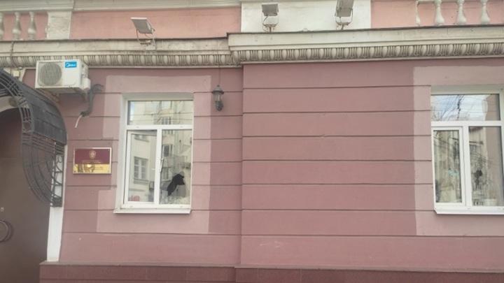 Психическое расстройство: в Ярославле мужчина разбил окна в здании СК