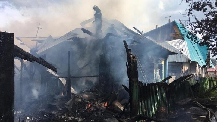 Шалость удалась: под Новосибирском сгорел дом многодетной семьи