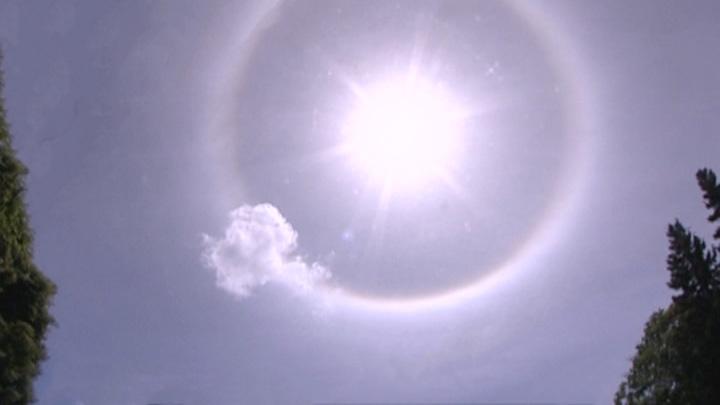Такое бывает раз в несколько лет: москвичи увидели солнечное гало